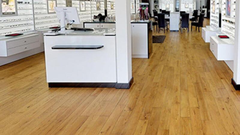 UN magasin d'optique réalisé par Wood Floor Partners